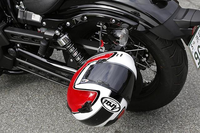 画像: 車載工具入れにショートワイヤーが内蔵されていて、ヘルメットホルダーに使用する。ロックにワイヤーを通してヘルメットをロックする方法は使いやすく便利。