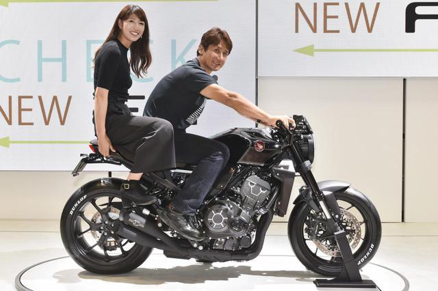 画像: 「バイクの種類によっては、人が乗っていないときの方がカッコいいモデルってあったりするじゃないですか? でも、このCB1000Rのコンセプト車は車両単体でも、人が乗っているときでも、カッコ良く見えますね」と伊藤さんはそのデザインを高く評価していました。