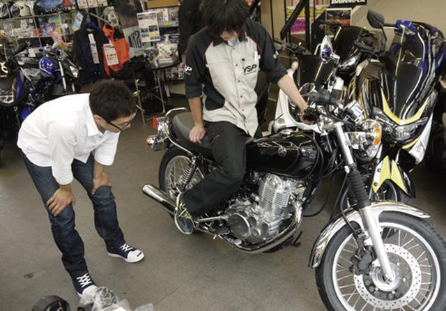 画像: 普段の下駄履きから、バイク用品店で購入したライディングシューズに履き替え、エンジンの指導からレクチャーを受ける。きめ細やかなサービスに優太感激!