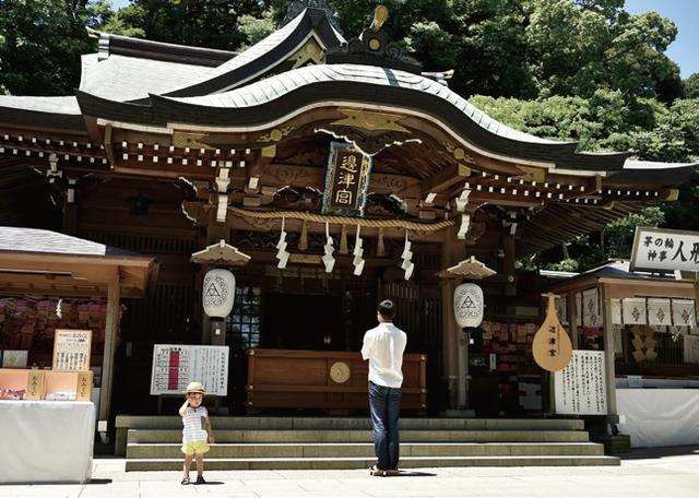 画像: 辺津宮 夏場は「茅の輪くぐり」と言って、全国の神社で大きな輪が置かれます。夏を乗り切るために、これをくぐって罪穢れを祓います。この日も多くの人がくぐっていました。