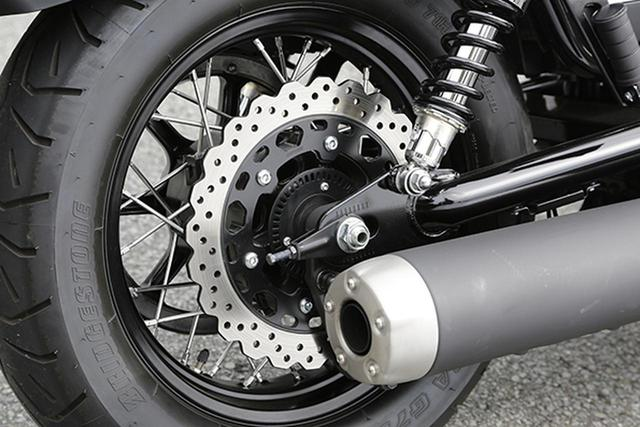 画像: リアブレーキを多用するクルーザーだからか、フロントブレーキと同径のφ298㎜ウェーブディスク。右1本出しのマフラーは、マットブラックのサイレンサーにエンドキャップを装着し、質感をアップさせている。