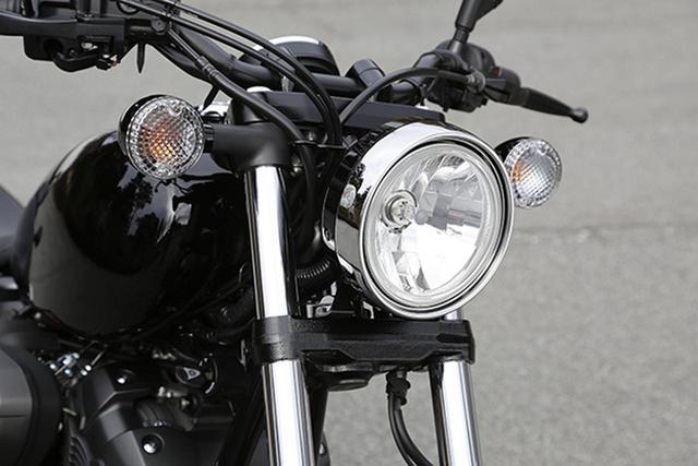 画像: メーターをヘッドライト上の持たないスタイルも、クルーザーのひとつの作法。へッドライトはLEDではなくハロゲンバルブで、フロントフォークはφ41㎜正立。フロントフェンダーはあえてのスチール製。