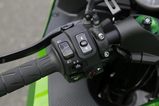 画像: 左ハンドルスイッチ。「SEL」ボタンでパワーモードとTRCモード、「SEL」ボタンなし上スイッチは液晶メイン表示切替、下スイッチでオド&ツイントリップ切替。ハイグレード仕様(=HG)はブレンボ製のラジアルマスターシリンダー+ローター+キャリパーを標準装備。ステンメッシュホース仕様で、ブレーキレバーは無段階に調節可能。