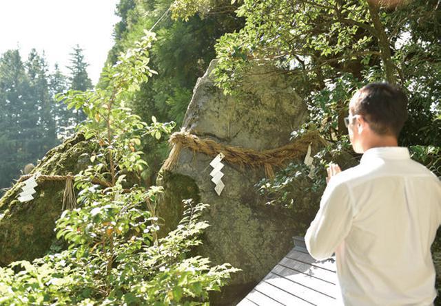 画像: 白山山頂の奥宮を遥拝するための神社。白山を形取っているそうです。これもれっきとした神社。岩が神様なのではなく、岩に宿るのが神様です。しかし外国人の方から見れば、これは岩を神様だと思い込んでいるように見えるそうです。文化の違いですね。