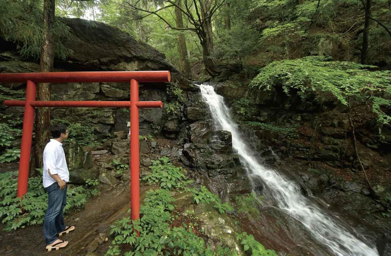 画像: 父の白滝 辿り着くと圧巻のひと言。滝も河口浅間神社の境内で、こちらにも小さなお社があります。ここの神様は、コノハナサクヤヒメの姑! なるほど、それで母の白滝なんですね。登山道を使ってさらに上へ行くと、父の白滝があります。間違えても下駄で登っちゃだめですよ。