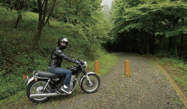 画像: 神社本殿から滝の近くまでは、バイクで行けるようになっていました。それにしても最後の砂利道、リターンライダーの僕にはドキドキでした。駐車場から滝までは徒歩で数分です。