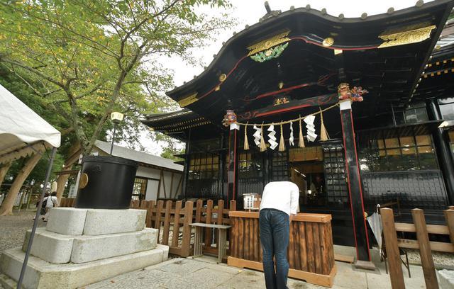画像: 上総国 一之宮 玉前神社 千葉県長生郡一宮町一宮3048 神社やお寺の建物の色といえば、朱色をイメージする人も多いのではないでしょうか。こちらの社殿は、なんと黒色。艶の感じが、愛車のSR400となんとなく似ている! と、勝手に親近感。ブラックのバイクしか乗らないという方、参拝必須ですよ!