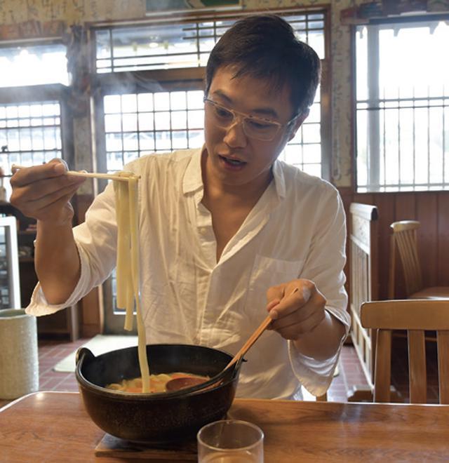 画像: 33歳にしてついに、初めて「ほうとう」をいただきました! 瀬戸内海育ちの僕は、新鮮な山菜に興味津々。この日は夏にしては寒いほどの気温。でもそのおかげで、鉄鍋でアツアツになった里の料理を堪能できました。 またひとつ大人になりました!(←そんな気がする)