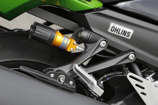 画像: HGに標準装備されるのはオーリンズ製リアサス。プリロードは写真の黒ダイヤル部、圧側/伸側の減衰力調整は各22段階。もちろんZX-14R専用のセッティング済で出荷される。