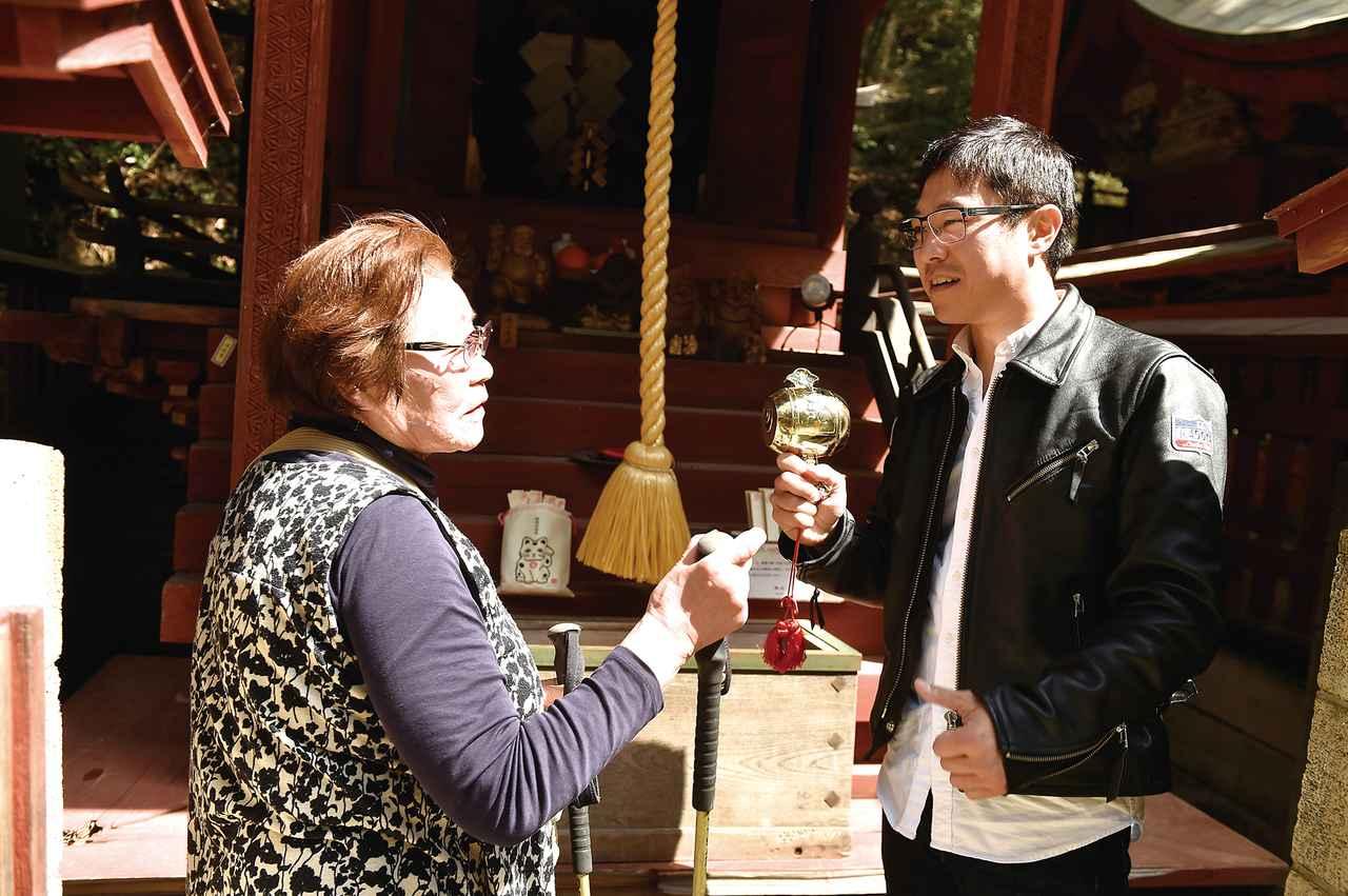 画像: その打ち出の小槌を共通点に、ご婦人と金運トーク。なんと、新潟から参拝に来たそうです!