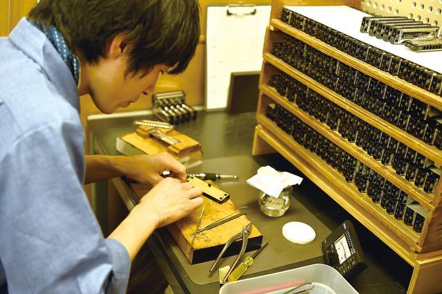 画像: 世界中に出荷される大量のハーモニカを、検音されていました。これも手作業。