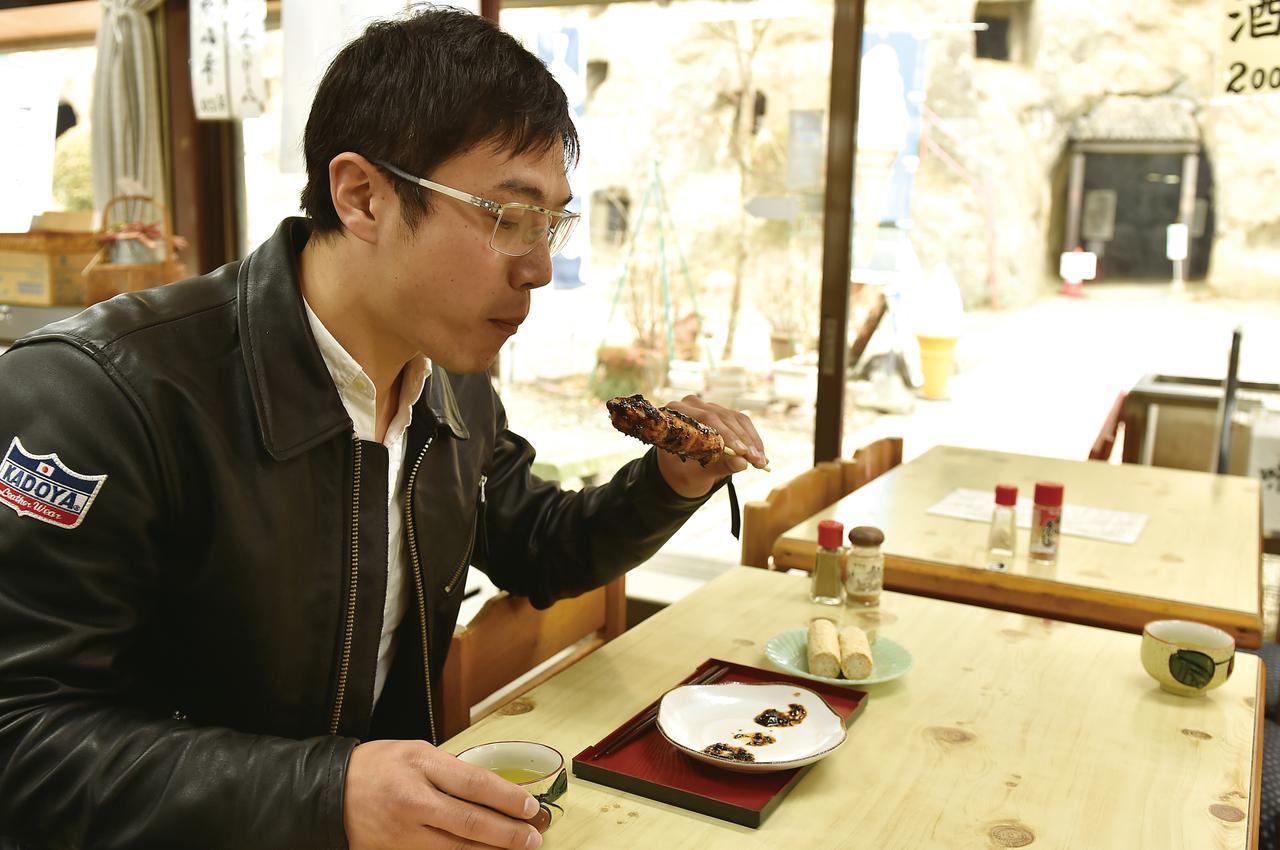 画像: 五家宝(110円)と一緒に、焼だんご(300円)もいただきました。熱いお茶も頂きながら、冷えた身体を充電。