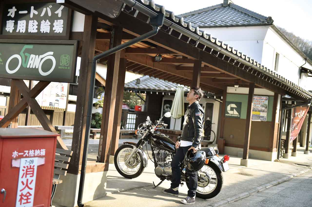 画像: さすがライダーを迎えてくれるカフェ。バイク専用の駐車場が設けられています。大切なのは「駐車スペース」ではなく「二輪専用」ということ。ライダーにとって、これは有り難いですねぇ。