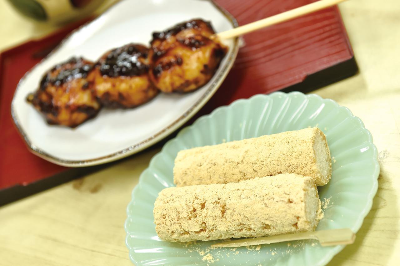 画像: 埼玉県の銘菓、五家宝(ごかぼう)。吉見百穴に隣接するお茶屋さんにも、手作りのものが売られていました。お米の歯応えと、反する水飴の粘り。それを、きなこが上手く纏めていました。