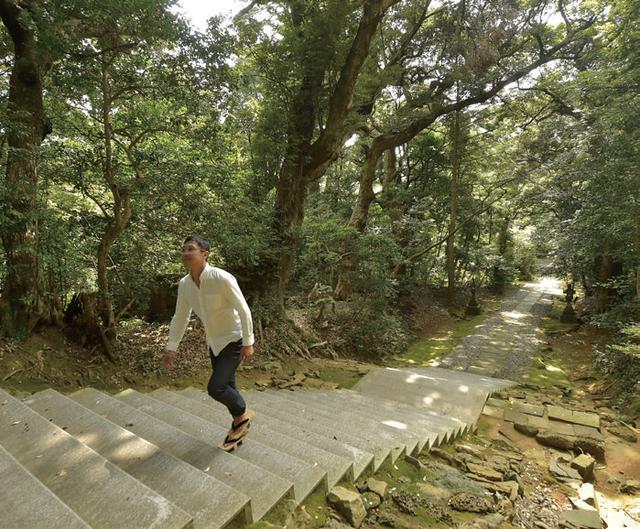 画像: 社殿へと続く石段は、人の手で積み上げられたものだと一目でわかります。 積まれている石の一つ一つをよく見て見ると、気泡のような穴が幾つも開いています。きっと海岸線の岩を加工して作った階段なのでしょう。 海辺に建つ神社ならではの風景ですね。