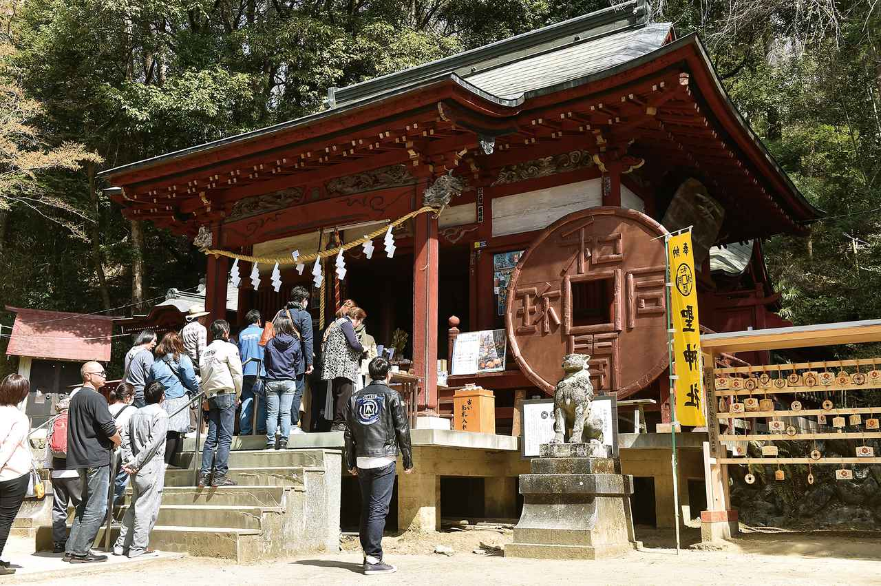 画像: 聖神社 埼玉県秩父市黒谷2191 今から1000年以上も昔。西暦708年、この場所で日本初の銅が発見されました。当時は、元号を「和銅」に変える程の衝撃だった様です。それを元に鋳造されたのが、かの有名な和同開珎。時の天皇は喜び、銅が発見された山ごと祀らせたそうです。それがこの場所で、現在の聖神社周辺だと言われています。