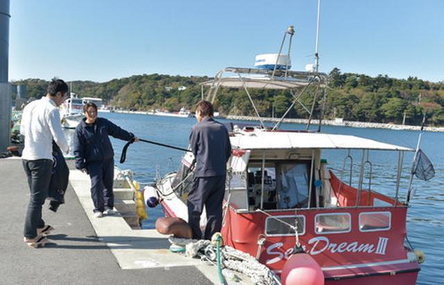 画像: 金華山へは鮎川港と女川港から、毎週日曜日に定期船が出ています。 しかしこの日は平日。地元の漁師さんにお願いをして、船を出していただきました。 ここでも足元を見て、下駄を心配されてしまいました! 皆さん、ご心配をおかけしてすみません(笑)。