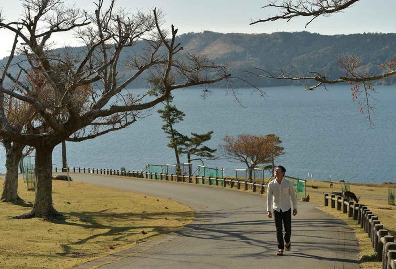 画像: 東日本大震災やその後の大型台風などで、港から神社へと続くこの道は、何度も崩れてしまっているそうです。この日も、数日前に復旧したばかりとのことでした。 この神社への人々の想いが、何度も何度も道を繋げるのでしょう。踏みしめて、神社へ向かいます。