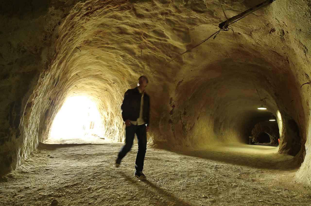 画像: 戦時中に地下軍需工場を建設するため、岩山に大きなトンネルが掘られました。中は、想像以上に冷んやりとしていました。