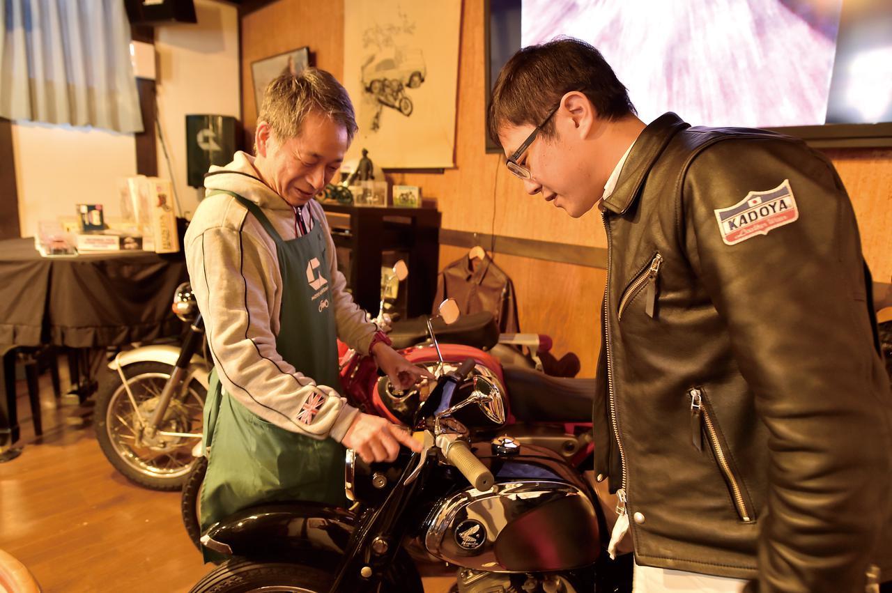 画像: 店長の小野さんも、もちろんライダー。そして乗り物好き! バイクトークが尽きることはありませんでした。