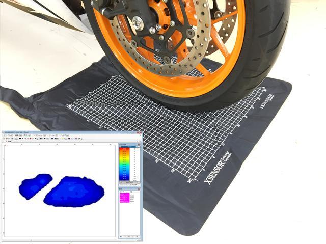 画像: タイヤの足あとを見てみよう! ということで、接地面、接地圧などについてデータでの実験実演も行なわれます。