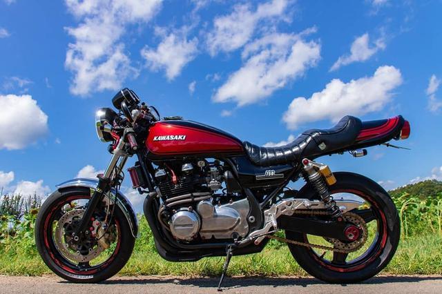 """画像1: gravity of kawasaki on Instagram: """"スポーティーなビジュアルで真横からのアングルが映えるカワサキ ゼファー750と青空の下、ひまわり畑をツーリング。 自分好みにカスタマイズしたバイクは、より一層愛着が沸きそうですね。 ・ こちらの素敵なお写真を撮影された @zep750_mk…"""" www.instagram.com"""
