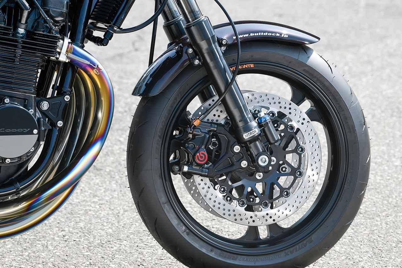 画像: ブラックのフロントFフォークは、ブルドックスペシャルチューニングによる、ナイトロンNTR43/ラジアルマウント一体型、カシマコート×DLCコート仕様。