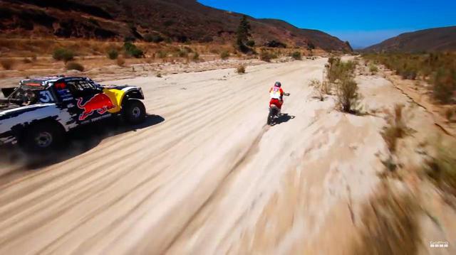 画像: 舞台はバハの砂漠です。当然未舗装路ですから2&4ともに車体は激しく上下左右に跳ねますけど、映像はキモチ悪いくらいにスムーズなのです・・・。 www.youtube.com