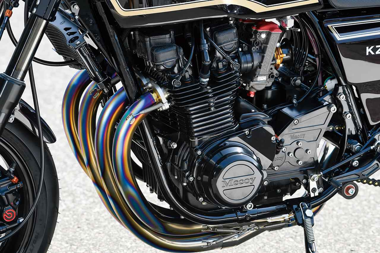 画像: プラグコードなどの配線やオイルライン(シリンダーヘッド上からカム下に入るライン)やクラッチを油圧駆動化したそのフルードライン等、どれも決して目立たず、でも無理に隠した感もない自然な位置にある。エンジン自体はブルドック社内で内燃機加工まで行っている。