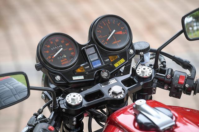画像: メーターは純正パーツをそのまま使い、クラッチは油圧駆動化。ステアリングステムは同社オリジナル、スカルプチャー・ブランドのZ用TYPE-3で、フォークオフセットは45→40mmに設定している。