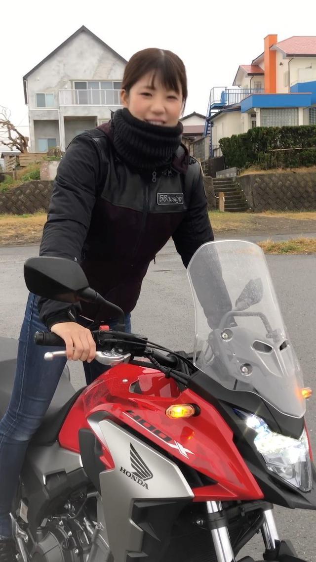 """画像: オートバイ女子部公式 on Instagram: """"雨の中、ホンダの400Xでツーリングする梅本まどかさん。撮影の合間の、オフショット動画をどうぞ!"""""""