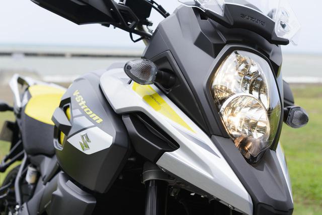 画像: スズキのビッグオフローダーの草分けであるDR-BIGのDNAを受け継ぐフロントマスクデザイン。ヘッドライトは縦2灯式、ハイビームで2灯が点灯する。