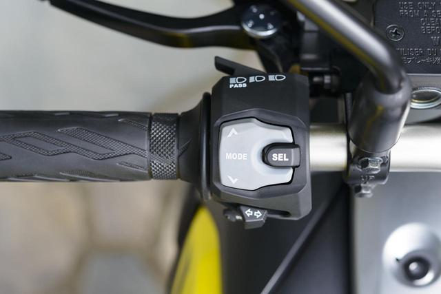 画像: セレクトボタン+上下スイッチでトラクションコントロール、メーターの表示部切り替えがわかりやすく、かんたんに操作できる。