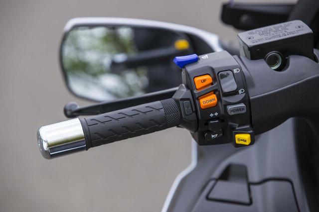 画像: 左スイッチにはウインカー、ホーン、ライト上下に加え、パワースイッチ、マニュアル切り替え、マニュアル変速、ミラー格納スイッチを装備。