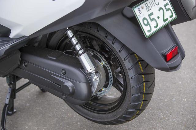 画像: 通常のスクーターのように、リアホイールとエンジンが一体になっていない、エンジン+スイングアーム方式。ドライブはベルト方式として高い耐久性と静粛性を実現した。