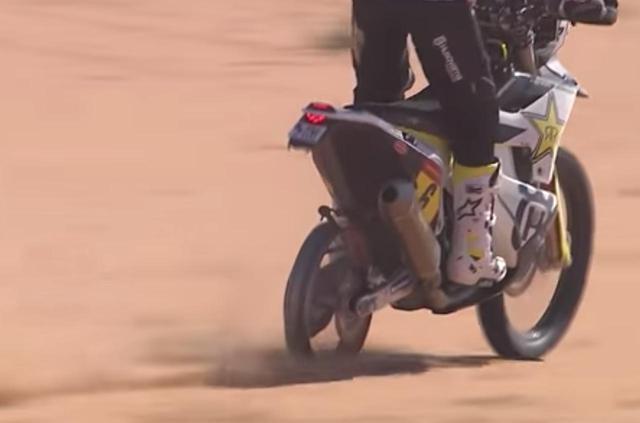 画像: タイヤが破損したKTMのトビープライスのためにリアタイヤを預けて、残りの77kmをリムだけで走りきったハスクバーナのアンドリュー・ショート