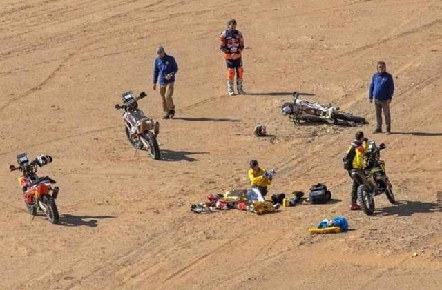 画像: 近くを通りかかったライバルチームのライダー達もレースを中断し、負傷したパウロ・ゴンサルベスの救出を行いましたが、搬送先の病院で帰らぬ人となってしまいました