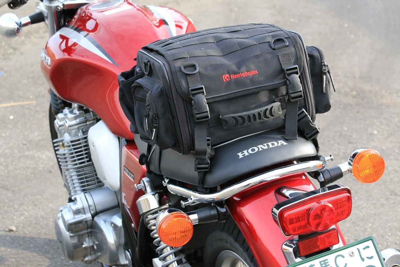 画像: HenlyBegins「ツーリングシートバッグ DH-717」/取り付けベルトはもちろん、レインカバーも付属しています。税別価格:13500円 www.daytona.co.jp