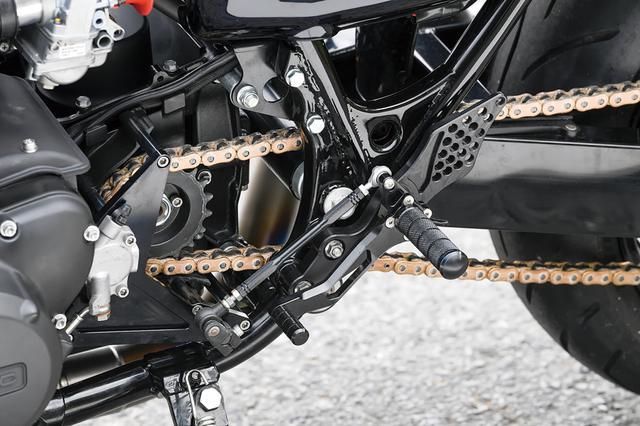 画像: アビリティーがオリジナルで製作したステップは、ヒールガード(バーより後ろの穴開き板部)も付けて、フレームやZ1-R/Mk.Ⅱでのサイドカバーダメージを軽減する仕様。