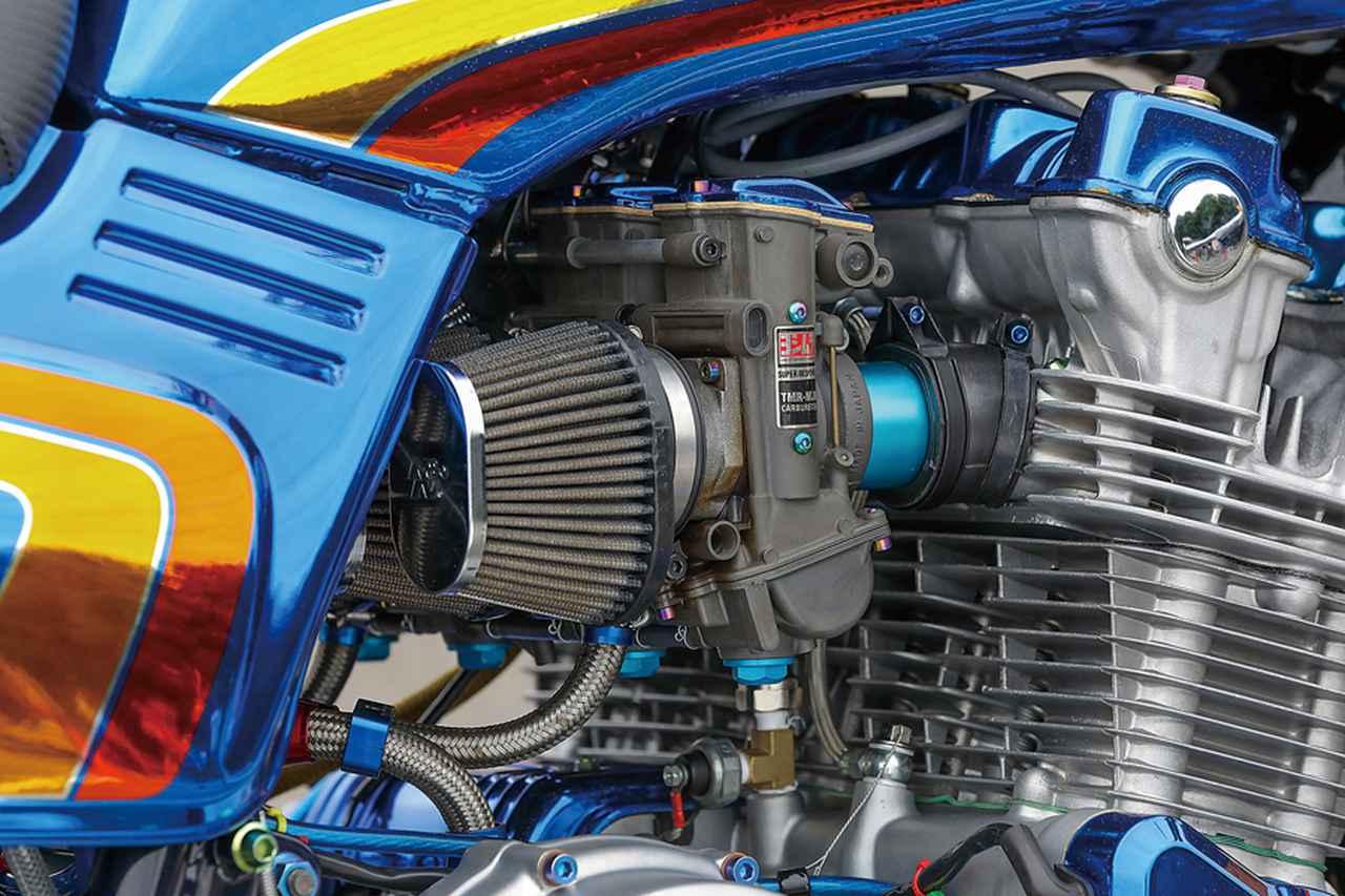 画像: キャブレターはヨシムラTMRφ38mm-MJNで、エンジンにつながるアルミスピゴットとキャブトップもブルー仕上げとされる。