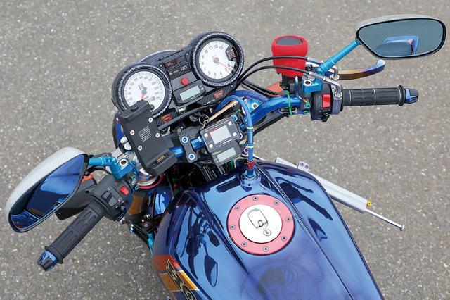 画像: 左右マスターはブレンボRCSを装着するが、レバーは焼き色付きチタン。回転計/速度計はスタック製。ハンドルバーはコワースのブルーをチョイス。
