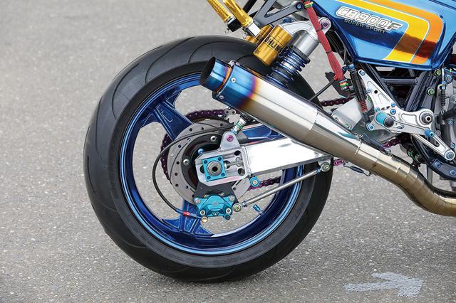 画像: 3.50-17/6.00-17のダイマグホイールはこの再カスタムによって新たにブルーめっき加工され、車両全体の統一感をより高めた。