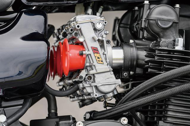 画像: キャブレターはFCRφ37mm。電装はウオタニSP-2でPAMSヒューズシステムによって信頼性も向上した。オイルクーラーも追加装着されている。