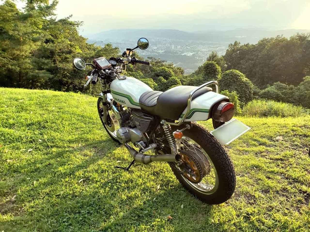 """画像1: gravity of kawasaki on Instagram: """"3本マフラーのビジュアルが特徴的な、カワサキ KH250で山道をツーリングするのはとても気持ちが良さそうですね。 製造から40年以上経過しているにも関わらず人気は根強く、ヴィンテージバイクの代表格と言っても過言ではありません! ・ こちらの素敵なお写真を撮影された…"""" www.instagram.com"""