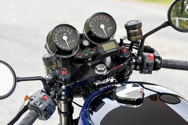 画像: メーターまわりはZ1の純正そのままで、ヨシムラ・プログレスマルチメーターを追加。ハンドルは見ての通りセパレートタイプをマウントする。