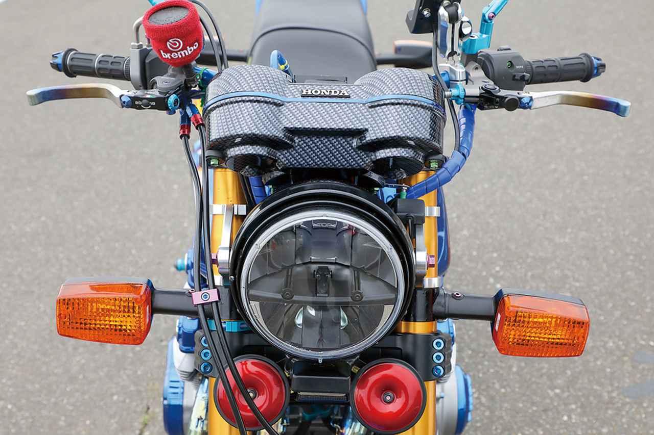 画像: ヘッドライトはLEDに換装され、ホーンはあえてのレッド仕上げ。メーターケースはカーボンパターン仕上げされている>
