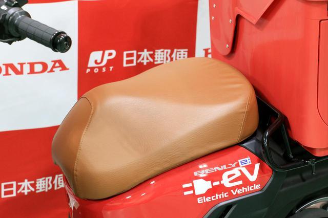 画像: ボックスに目が行きがちですが、じつはシートの表皮も日本郵便仕様の専用カラーとなっています。シート内部の変更はなく、クッション性等は変わらないとのこと。
