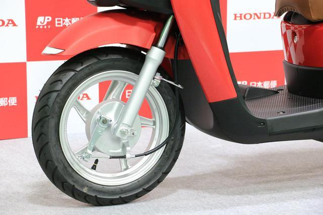 画像: 「BENLY e:」シリーズのブレーキは前後ともドラムを採用。タイヤサイズは前が90/90-12 44J/後ろは110/90-10 61J