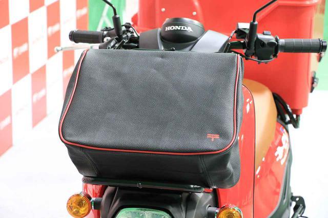 画像: 前キャリアに装備されているバッグも赤いパイピングと「〒」が何だかおしゃれ。