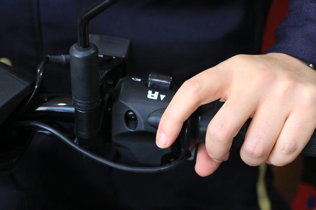 画像: 左手にもリバースボタンが備わっています。右・左の両ボタンを押すことで作動します。
